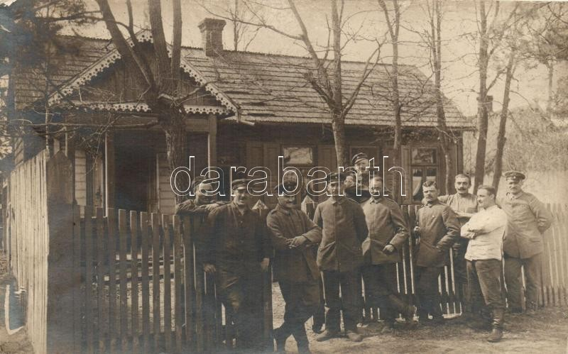 I. világháborús német katonák faház előtt, csoportkép, WWI German soldiers, wooden house, group photo