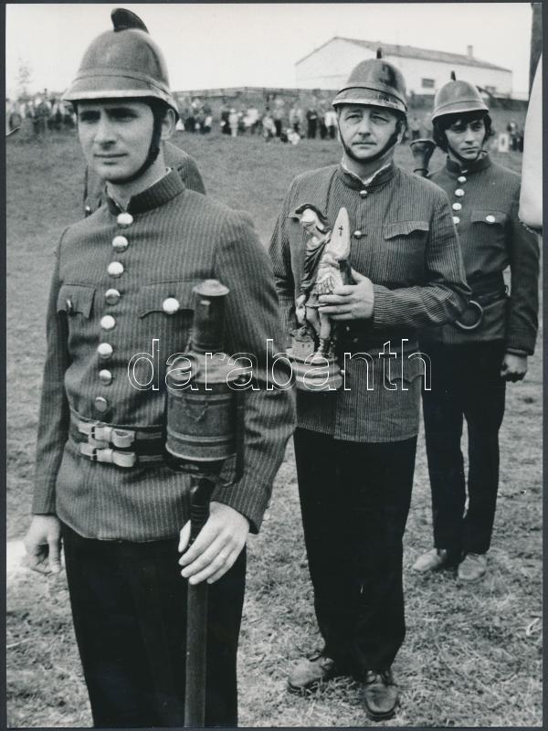 cca 1981 Szent Flórián ünnepén, tűzoltók hagyomány őrzése, vintage fotósorozat, 8 db fénykép, 24x18 cm