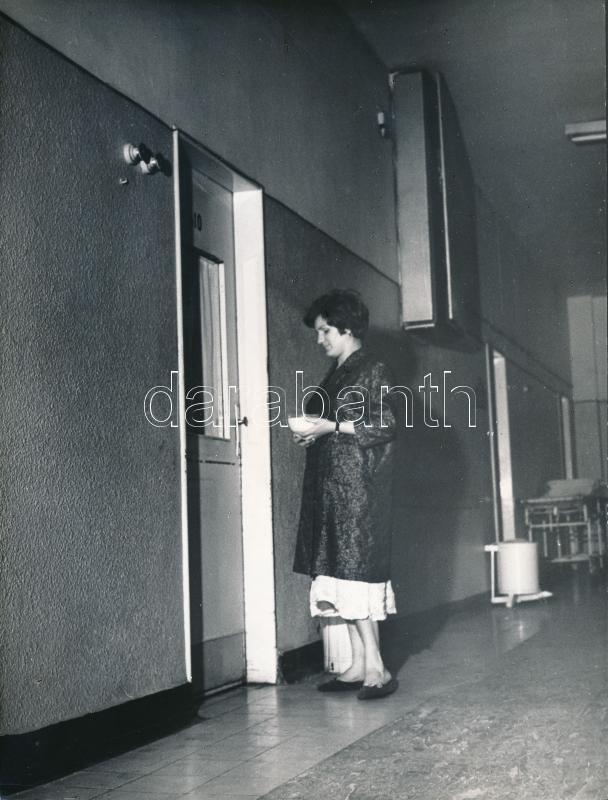 1967 Nők az éjszakában, 3 db jelzetlen vintage fotó Kotnyek Antal (1921-1990) fotóriporter hagyatékából, publikálva a Tükörben, 18x21 cm és 24x18 cm között