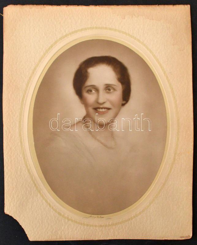 cca 1930 Angelo (1894-1974): Női portré, matricával jelzett, aláírt vintage fotó, 22x16,5 cm, karton (sarka hiányos) 29x23 cm
