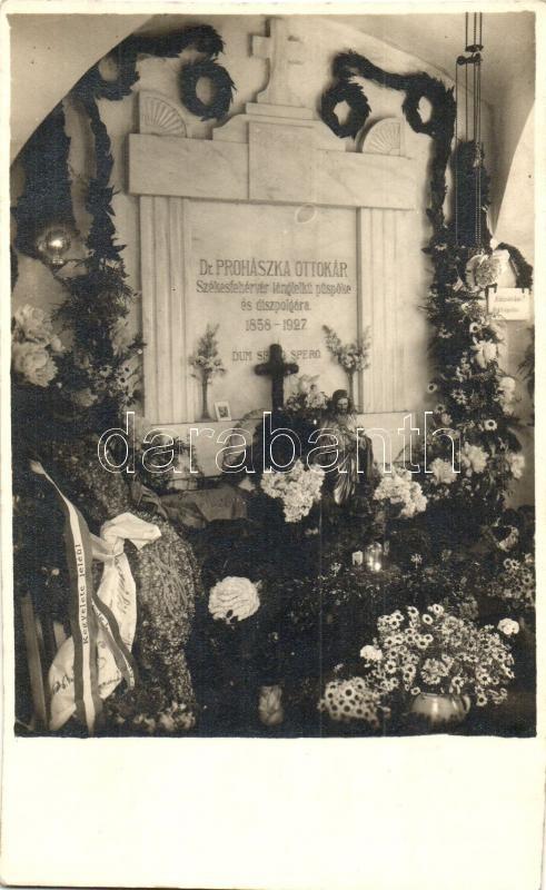 Székesfehérvár, Prohászka Ottokár sírja virágokkal, photo