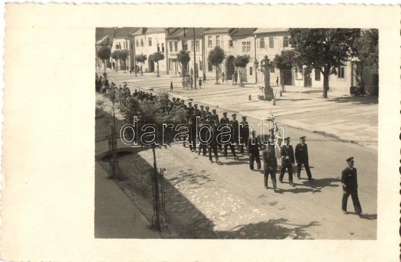 1938 German military pilots' parade on the street of an unknown town. photo, 1938 Német piloták felvonulása egy ismeretlen város utcáján