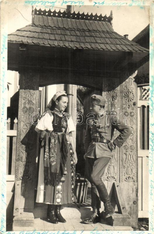 soldier with Székely girl, Székely kapuban