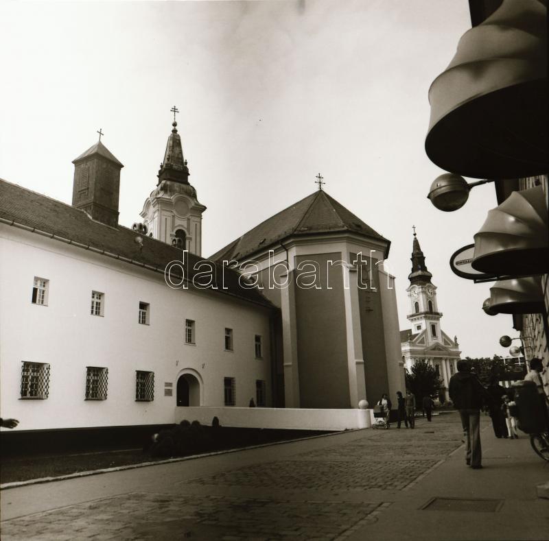 1982 Kecskeméti városképek, a szélmalommal, Menesdorfer Lajos (1941-2005) budapesti fotóművész hagyatékából 24 db vintage negatív, a tároló tasakon feliratozva, 6x6 cm