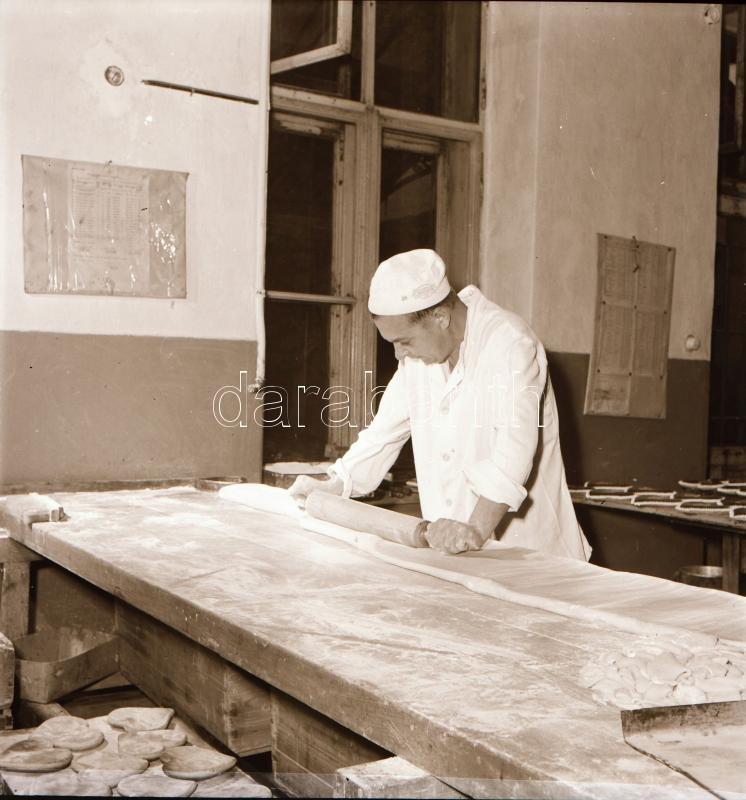 1956 Budapesti mézeskalács készítő, Kotnyek Antal (1921-1990) budapesti fotóriporter hagyatékából 5 db vintage negatív, 6x6 cm