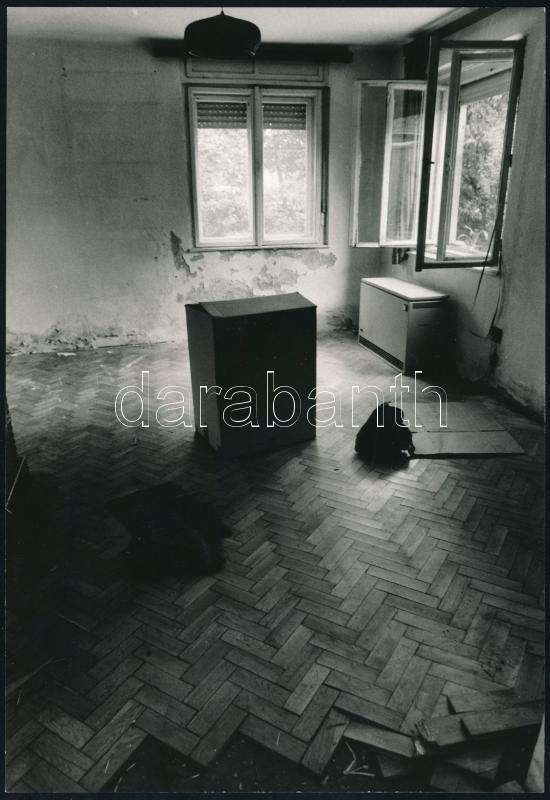 cca 1979 Horváth Péter feliratozott, vintage fotóművészeti alkotása, a magyar fotográfia avantgarde korszakából, 24x16,5 cm