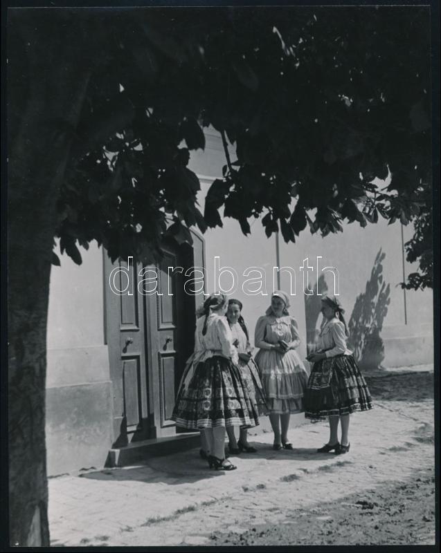 cca 1938 Osoha László (1899-1970) budapesti fotóművész hagyatékából, pecséttel jelzett, vintage fotóművészeti alkotás (Vasárnapi mise előtt), 22x17,3 mm