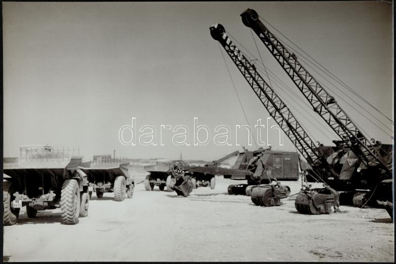 cca 1953 Teherautók és erőgépek, dr. Sólyi József (?-?) budapesti fotóművész hagyatékából pecséttel jelzett, vintage fotó, 27x40 cm