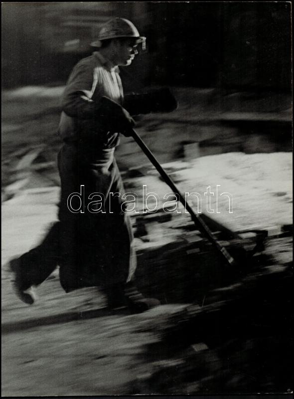 cca 1969 Magyar Alfréd: Martinász, feliratozott, vintage fotóművészeti alkotás, három sarkán gombostű nyomok, kasírozva, 39x29,5 cm
