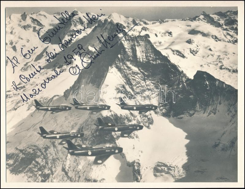 1959 Olasz vadászrepülők az Alpok felett, vintage fotó, vélhetően az egyik pilóta dedikálásával, kartonra ragasztva, 17,5x23 cm
