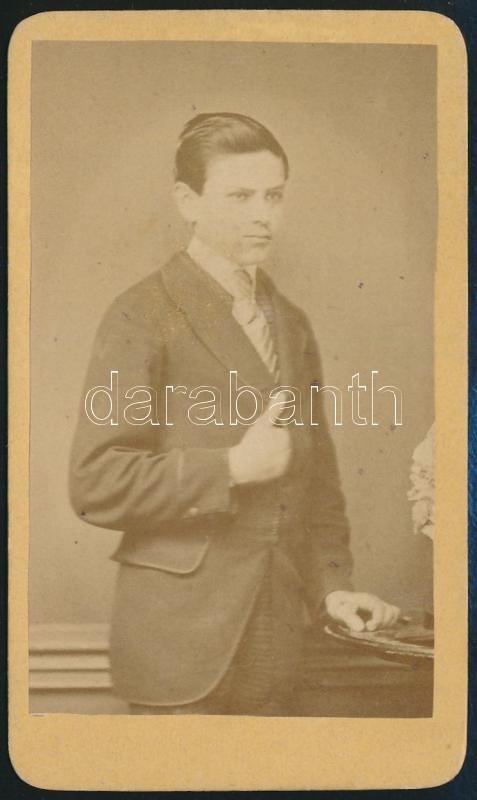 cca 1868 Schild Sándor pesti műtermében készült, vizitkártya méretű fénykép, Napóleon kéztartású fiatalemberről, 10,2x6,2 cm