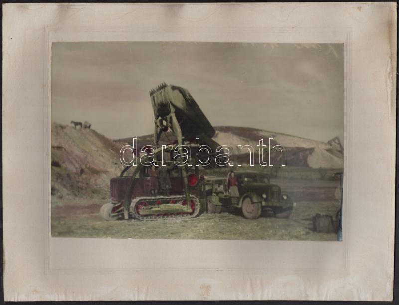 cca 1950 Lánctalpas földgyalu erőgép és teherautó, kézzel színezett vintage fotó kasírozva, 16x23,5 cm, karton 24x32 cm