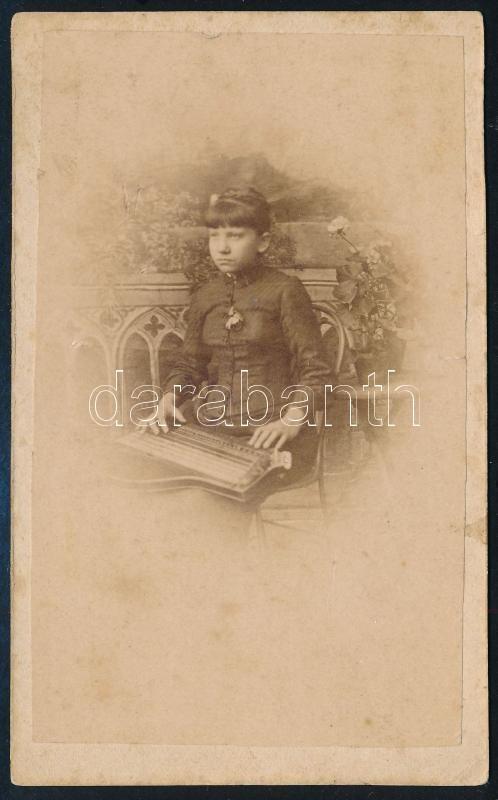 cca 1868 Kislány citerával (vagy ahhoz hasonlatos, korabeli hangszerrel), jelzés nélküli vizitkártya méretű, vintage fotó, 10,5x6,4 cm