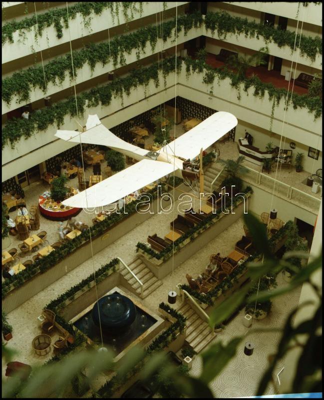 1985 Budapest, Atrium Hotel belső tere repülőgéppel, 9 db professzionális minőségű, szabadon felhasználható, vintage negatív, 6x7 cm