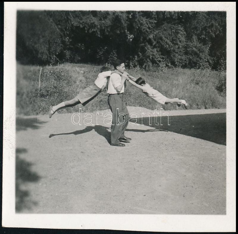cca 1933 Kinszki Imre (1901-1945) budapesti fotóművész hagyatékából jelzés nélküli, vintage fotó (Játék), 6x6 cm