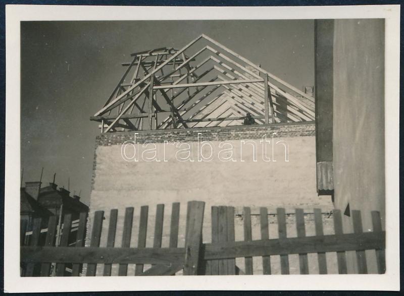 cca 1931 Kinszki Imre (1901-1945) budapesti fotóművész jelzés nélküli, vintage fotóművészeti alkotása (háztető épül), 4,3x6 cm