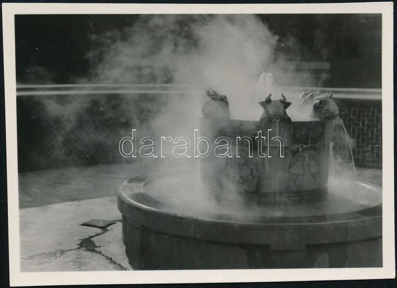 cca 1930 Budapest, gyógyforrás-kút, Kinszki Imre (1901-1945) budapesti fotóművész jelzés nélküli vintage alkotása, 6x8,4 cm