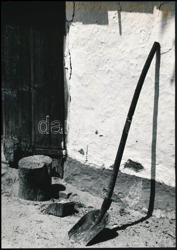 1975 Bahget Iskander kecskeméti fotóművész feliratozott vintage fotóművészeti alkotása (Falusi csendélet), 23,6x16,6 cm