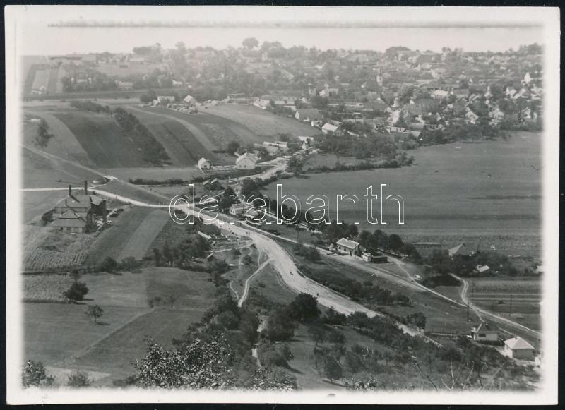 cca 1936 Kinszki Imre (1901-1945) budapesti fotóművész hagyatékából jelzés nélküli vintage fotó (Duna-parti település rálátásból), 6,4x8,8 cm