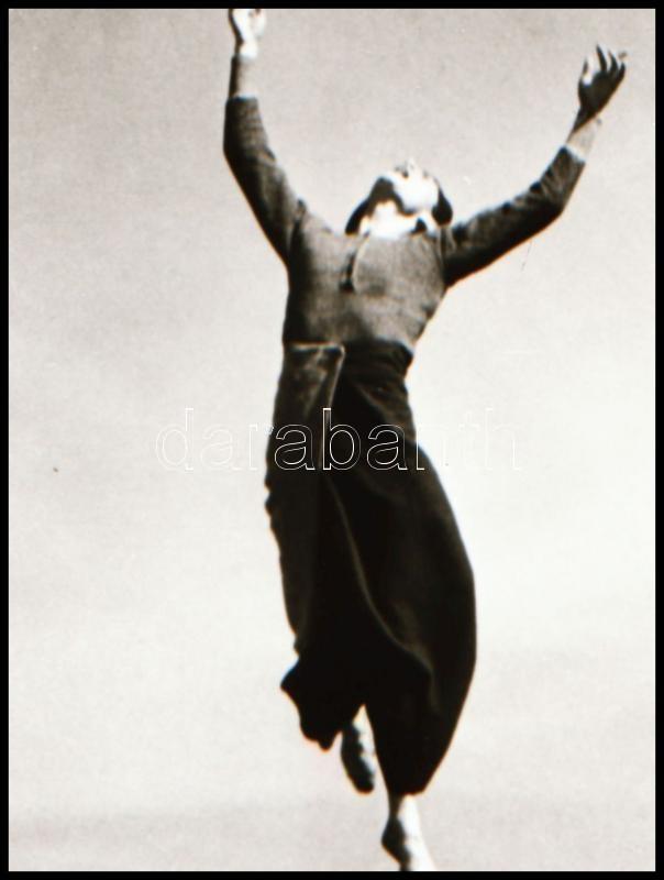 cca 1935 Mozgásművész ugrása a szabadban, 1 db negatív felvétel, 5x3,6 cm