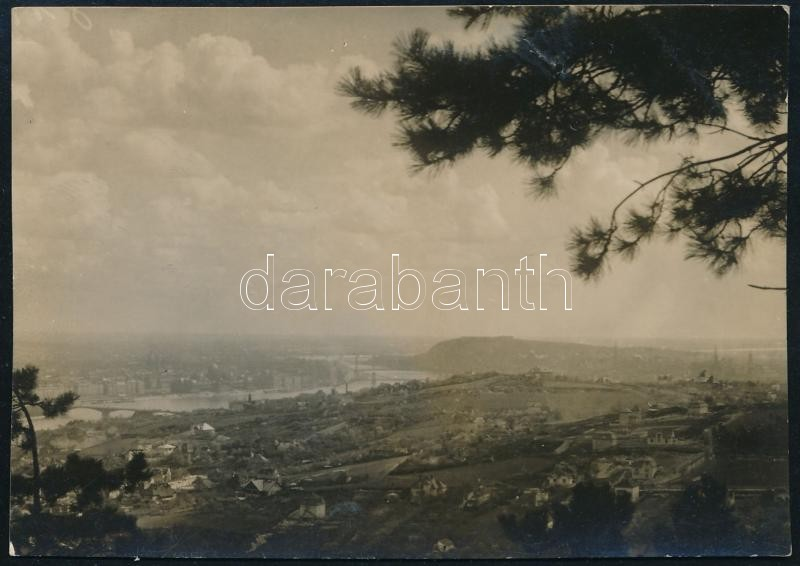 1930 Kinszki Imre (1901-1945) budapesti fotóművész hagyatékából, a szerző által aláírt vintage fotó (Budapest látképe a Mátyás-hegyről), 5,9x8,3 cm