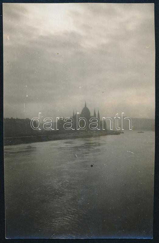 cca 1928 Kinszki Imre (1901-1945) budapesti fotóművész hagyatékából, a szerző által aláírt és feliratozott  vintage fotó (Budapest, Parlament, ez szerző 19. sz. felvétele), 8,5x5,5 cm
