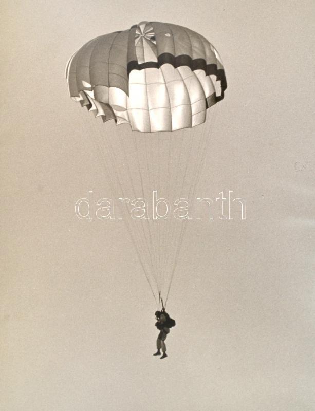 cca 1969 Ejtőernyős, vintage fotó, 39,2x30,2 cm