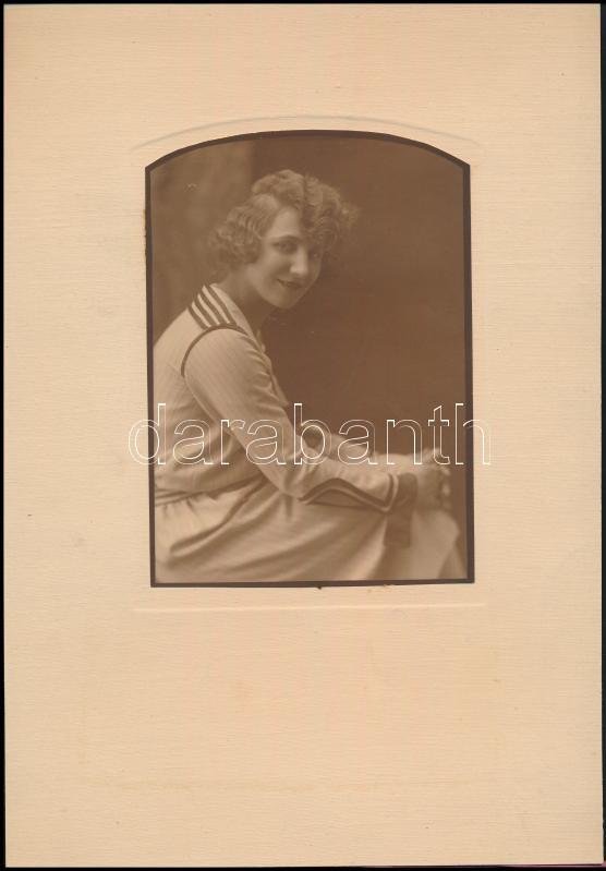 cca 1935 Nagyvárad, vintage műtermi fotó, pecséttel jelzett, de a fényképész neve nem olvasható, címe viszont igen, ami alapján azonosítható, 15,5x11,2 cm, karton 30x20,8 cm