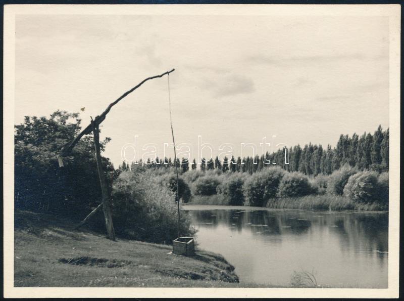 cca 1935 Thöresz Dezső (1902-1963) békéscsabai gyógyszerész és fotóművész hagyatékából vintage fotó (Tájkép kútágassal), jelzés nélküli, 8,5x11,5 cm
