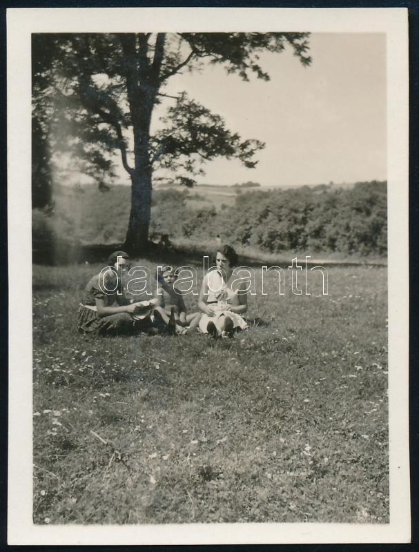 cca 1932 Kinszki Imre (1901-1945) budapesti fotóművész hagyatékából, jelzés nélküli vintage fotó (Pihenő kirándulás közben, középen Kinszki Gáborka), 5,9x4,5 cm