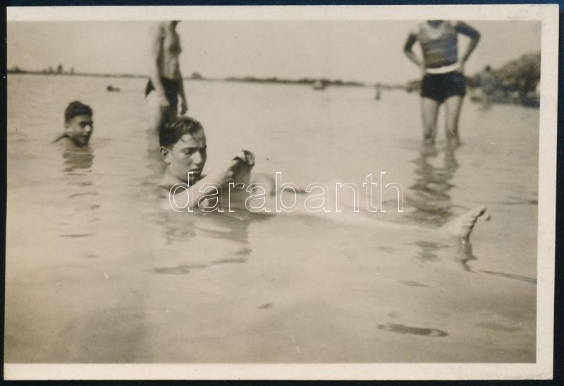 cca 1933 Kinszki Imre (1901-1945) budapesti fotóművész hagyatékából, jelzés nélküli vintage fotó (Fürdőzők), 4,9x7,3 cm