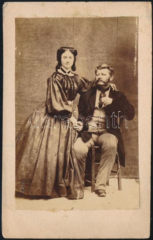 cca 1858 Jelzés nélküli, műtermi vintage fotó, 8,5x5,5 cm, karton 10,7x6,7 cm