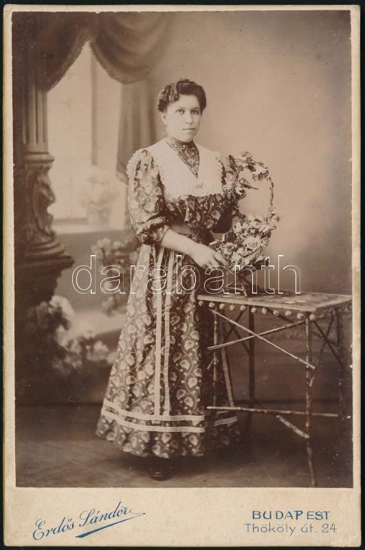 cca 1904 Erdős Sándor (1868-?) budapesti fényképész (1899-ben alapított) műtermében készült, keményhátú vintage fotó, kabinetfotó méretben, ez volt a műterem 6169. számon nyilvántartott felvétele, 16,2x10,5 cm