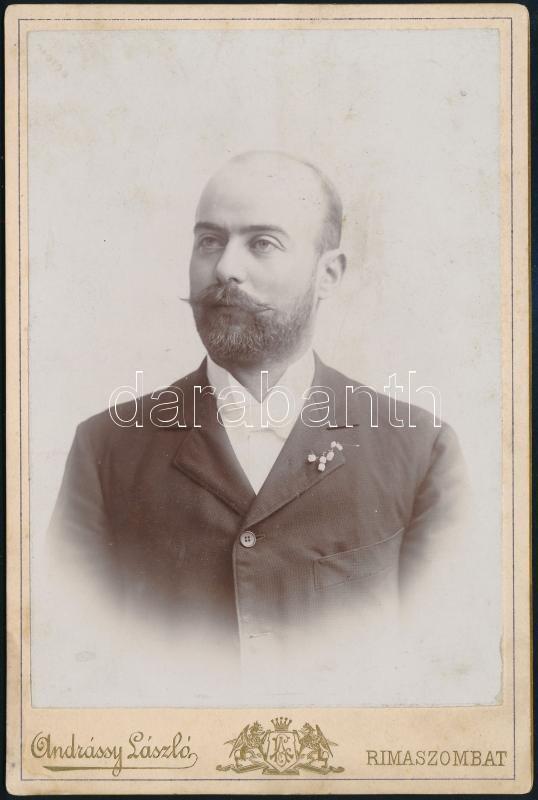 cca 1910 Rimaszombat, Andrássy László fényképész műtermében készült, keményhátú vintage fotó, a hátoldalon a fényképész portréja is látható, ami nagyon ritka hátlapdíszítés, 16,5x11 cm