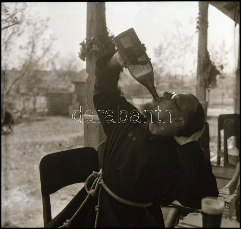 cca 1935 Thöresz Dezső (1902-1963) békéscsabai gyógyszerész és fotóművész hagyatékából, jelzés nélküli vintage NEGATÍV (Szomjas szerzetes), 6x6 cm