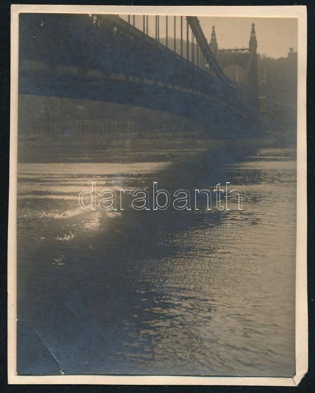 1929 Kinszki Imre (1901-1945) budapesti fotóművész által feliratozott, vintage fotó a szerző hagyatékából (Erzsébet-híd, ez a fotós 376. sz. felvétele, saját sorszámozása szerint), 7,5x6 cm