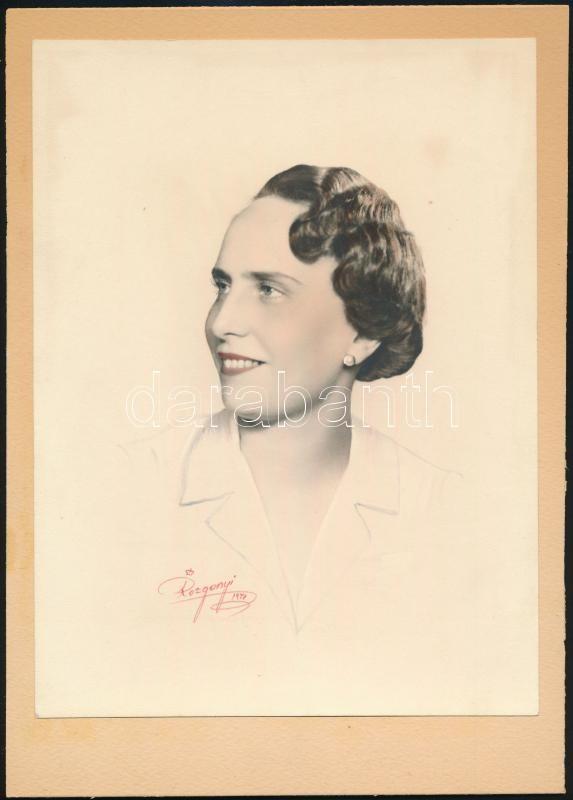 1941 Visszafogottan és elegánsan színezett portré, Rozgonyi budapesti fényképész műterméből, 24x18 cm, karton 28x20 cm