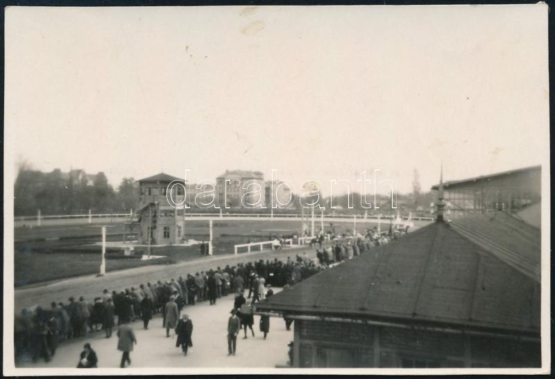 cca 1930 Kinszki Imre (1901-1945) budapesti fotóművész hagyatékából, jelzés nélküli, vintage fotó (Bp., régi lóversenypálya), 5,7x8,4 cm