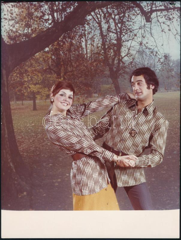 1972 Divatfotó Szilágyi Dóri és Vinkovics László fotómodellek közreműködésével, vintage fotó, feliratozva, 24x18 cm