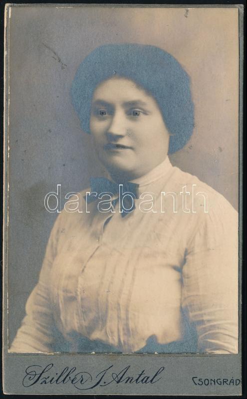1923 Csongrád, Szilber Antal fényképész műtermében készült, keményhátú vintage fotó, a felirat szerint Orosz Ilonát ábrázolja a fénykép, másoknál ilyet nem látott, szép hátoldali grafikával, 10,3x6,3 cm