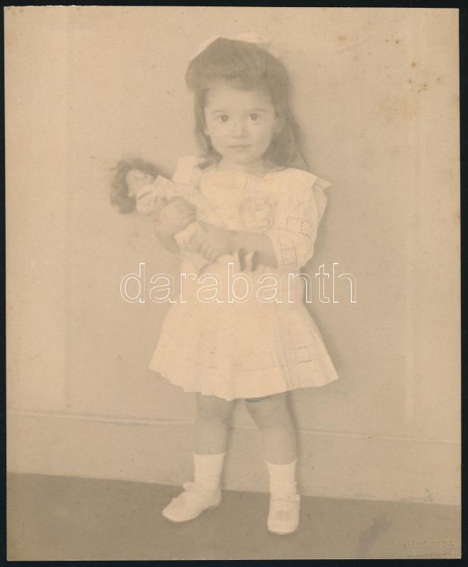 cca 1919 Budapest, Máté Olga fényképész és fotóművész műtermében készült, hidegpecséttel jelzett vintage fotó (kislány babával), 20,4x16,9 cm