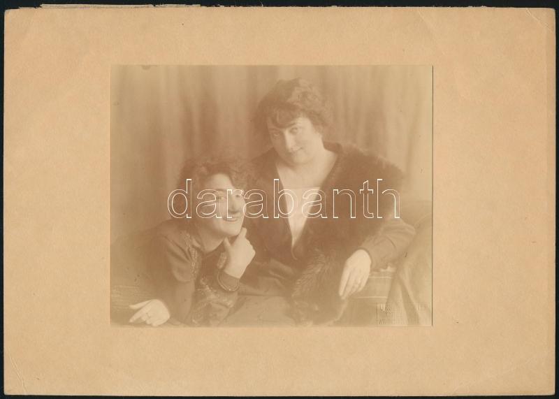 cca 1912 Drezda, Ursula Nichter fényképész műtermében készült, hidegpecséttel jelzett vintage fotó, 11,1x14 cm, karton 16,8x23,5 cm