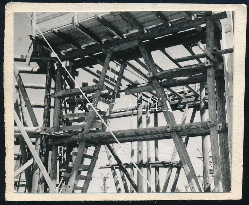 cca 1930 Kinszki Imre (1901-1945) budapesti fotóművész hagyatékából, jelzés nélküli vintage fotó (állványzat), 5x4,3 cm