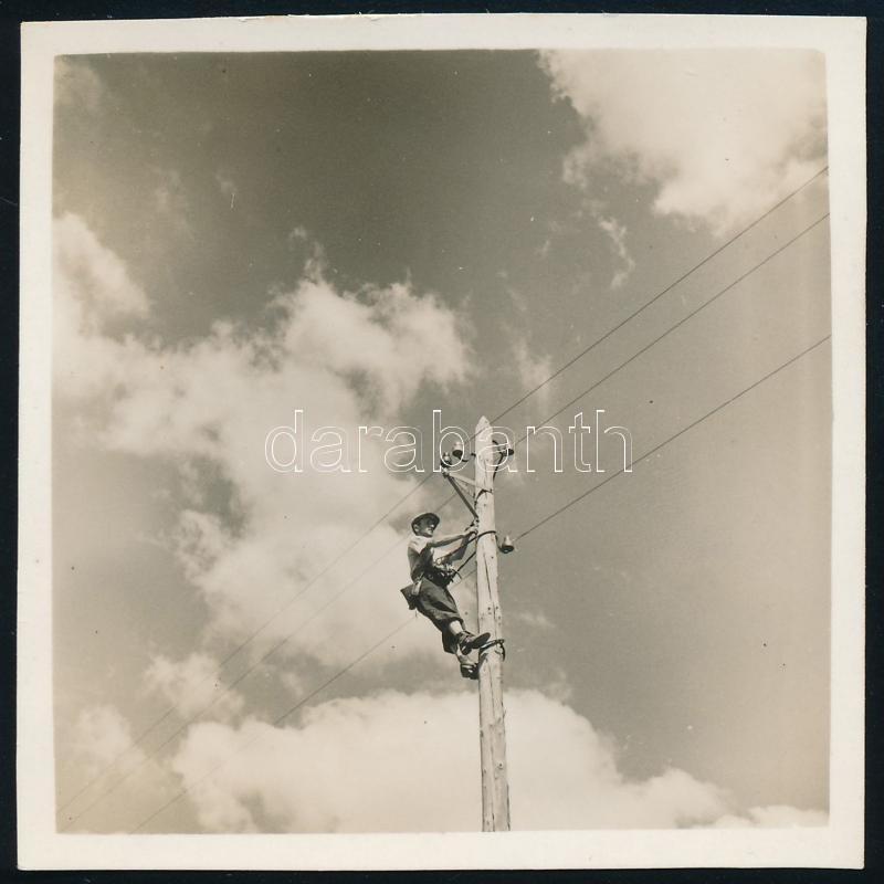 cca 1938 Thöresz Dezső (1902-1963) békéscsabai gyógyszerész és fotóművész hagyatékából jelzés nélküli vintage fotó (Villanyszerelő az oszlopon), 6x6 cm
