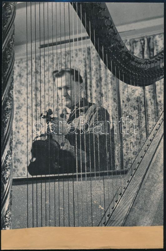 cca 1940 Budapest, ,,Artz Antal nemzetközi viszonylatban is elismert szaktekintély a hangszerek birodalmában