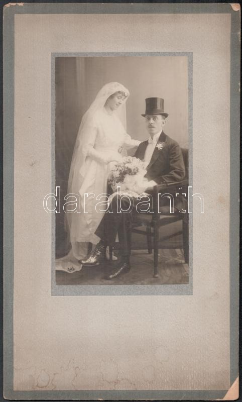 1900 Miskolc, Ábrahám István fényképész műtermében készült, keményhátú vintage esküvői fotó, 30,6x18,5 cm