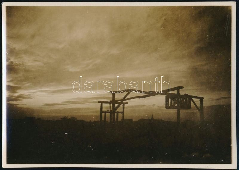cca 1933 Kinszki Imre (1901-1945) budapesti fotóművész hagyatékából, pecséttel jelzett vintage fotó (vízkiemelő a zuglói bolgár kertészetben), 6x8,3 cm