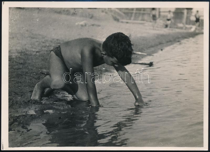 cca 1935 Kinszki Imre (1901-1945) budapesti fotóművész hagyatékából, pecséttel jelzett vintage fotó (Bravely against the Wares), a kép sarkán törésvonal, 12,8x17,8 cm