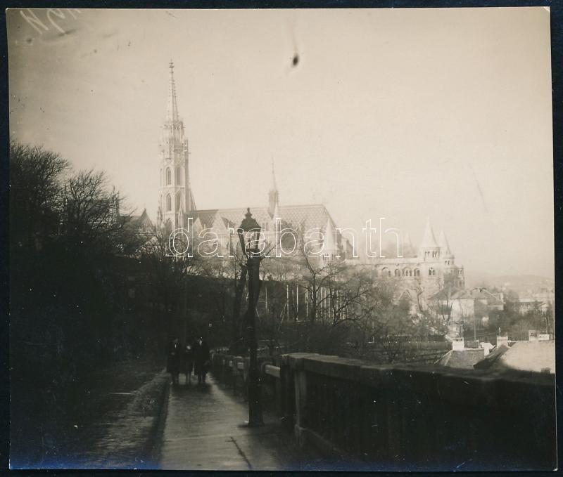 cca 1933 Kinszki Imre (1901-1945) budapesti fotóművész hagyatékából, jelzés nélküli vintage fotó (séta a várban), 6x7 cm