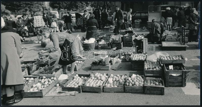 cca 1970 Budapesti piac, Magyar Alfréd fotóművész feliratozott vintage fotóművészeti alkotása, 12,5x23,8 cm